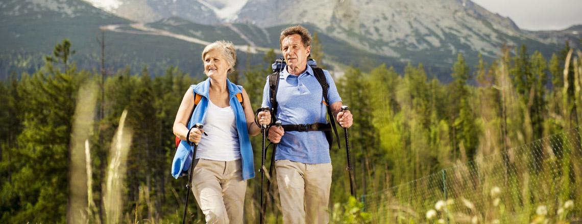 Wandern_Natur_Berge_Senioren.jpg